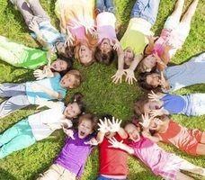 jeux de cercle sont un moyen d`amener les élèves interactifs et travaillent ensemble.