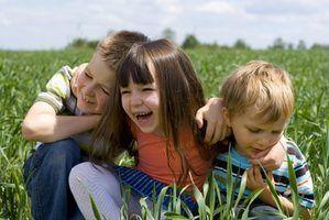 Les enfants peuvent jouer à des jeux pour développer les compétences sociales et la pratique d`interagir avec les autres.
