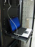 Plusieurs serveurs, comme dans cette salle des serveurs, sont utilisés dans des environnements d`entreprise pour la gestion des ordinateurs et des données.