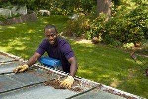 Utilisez le toit pour l`équilibre que vous montez l`échelle