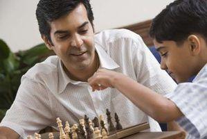 Un enfant se déplace une pièce dans les échecs, qui est probablement originaire de l`Inde.