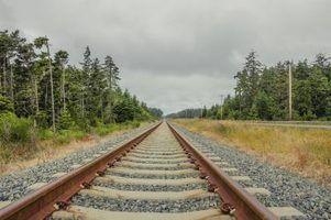 voies ferrées en acier qui traverse l`Oregon