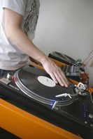 DJs choisissent et de manipuler la musique pour des événements ou des clubs de danse.