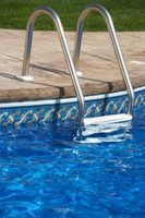 échelles de piscine doivent être retirés lors de la couverture de la piscine.