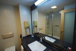 Les petites idées de conception de salle de bains de l`espace