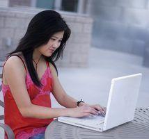 Collège étudiant de prendre un cours en ligne pour BSW.